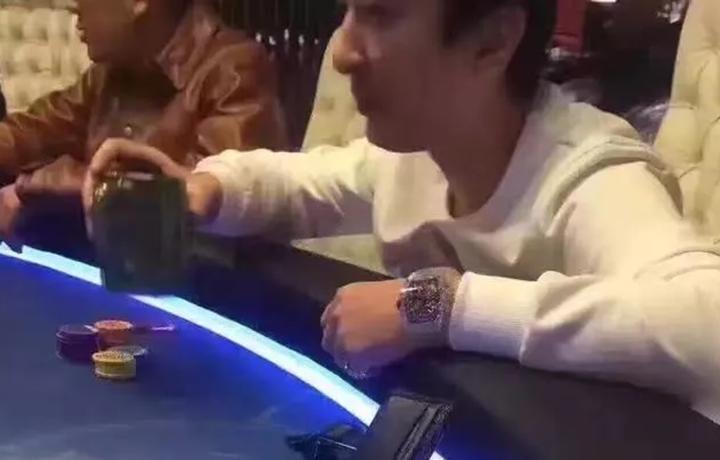 王思聪赌场被拍,引人注意的反而是一枚透明机械表!