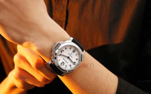 原装沛纳海手表带脏了和气味如何去除呢?
