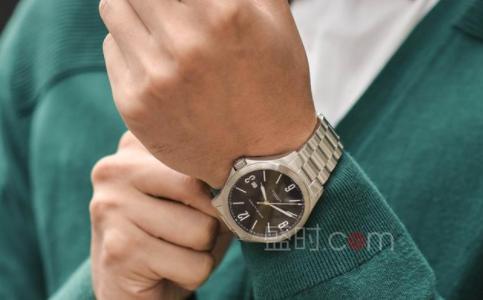 父亲节的礼物—精致的腕表送给他。