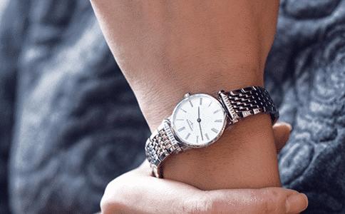 女生戴手表应该戴在哪只手上?