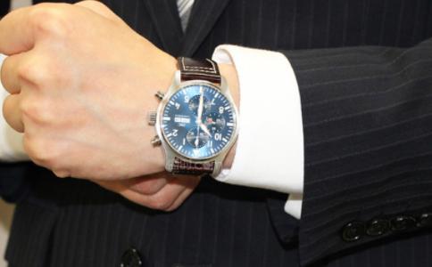 钢带手表怎么调表带?