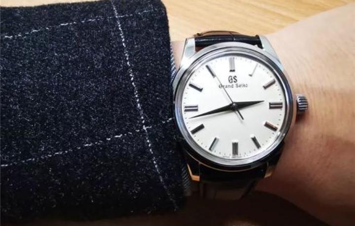 冠蓝狮石英世界时腕表怎么样?价格贵吗?