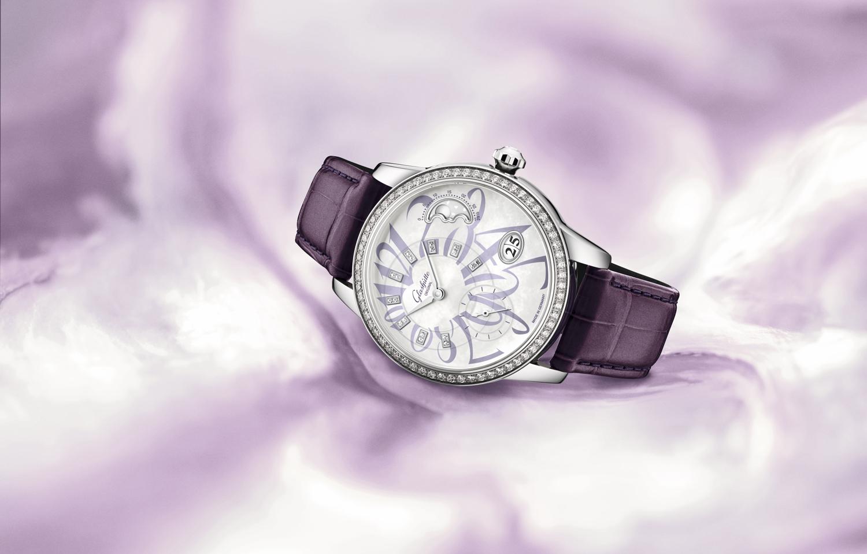 丁香浅紫,是情人节的怦然心动——格拉苏蒂原创全新PanoMatic Luna 偏心月相女士腕表情人节特别款
