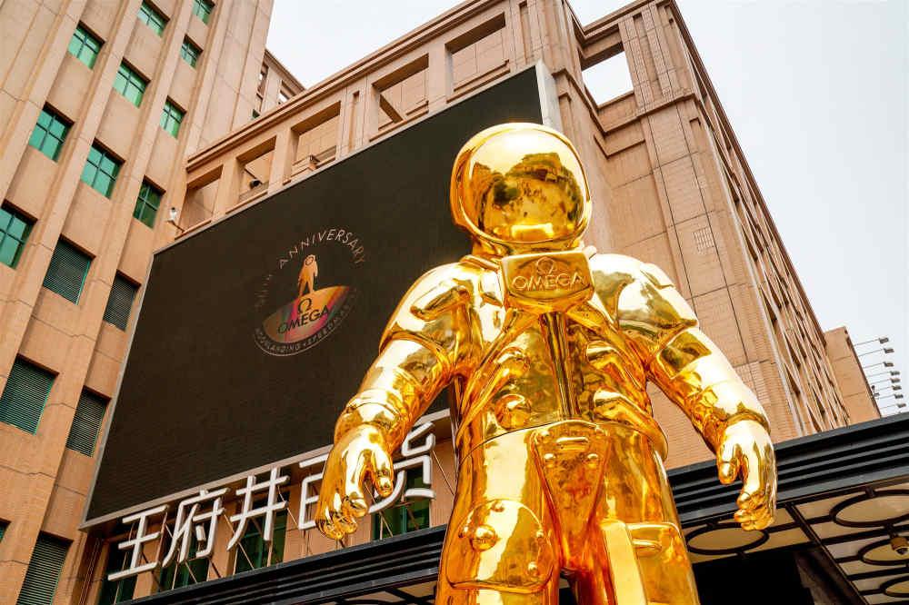 欧米茄金色宇航员巨型雕塑展于北京王府井揭幕