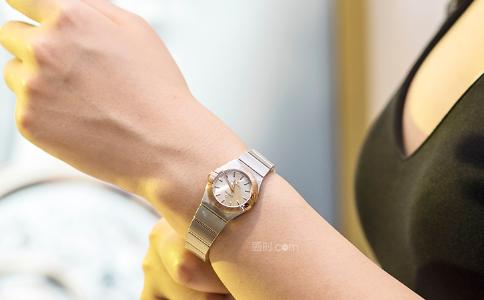 女生带手表带那只手比较好?